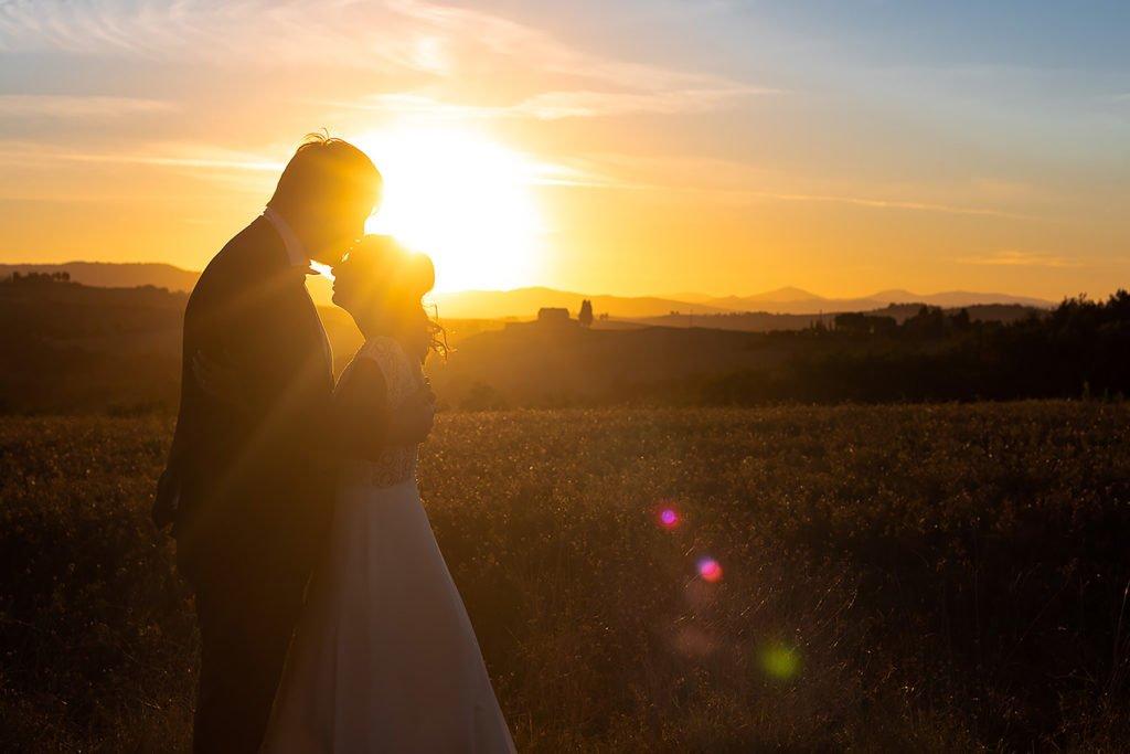 serivzio fotografico di matrimonio chianti sposi al tramonnto