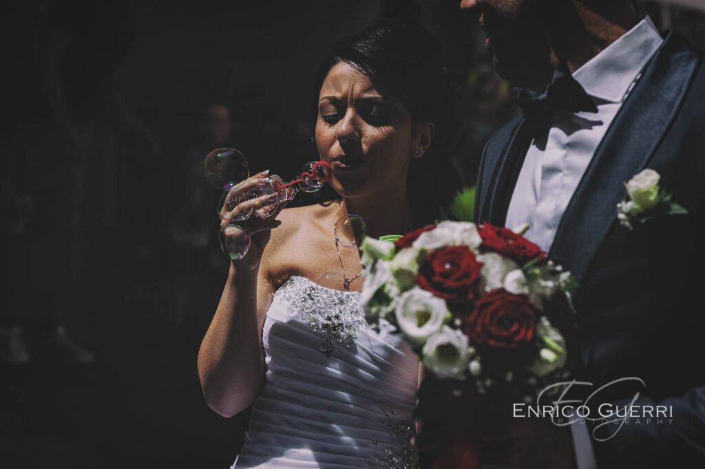 servizio fotografico matrimonio sposa che fa le bolle