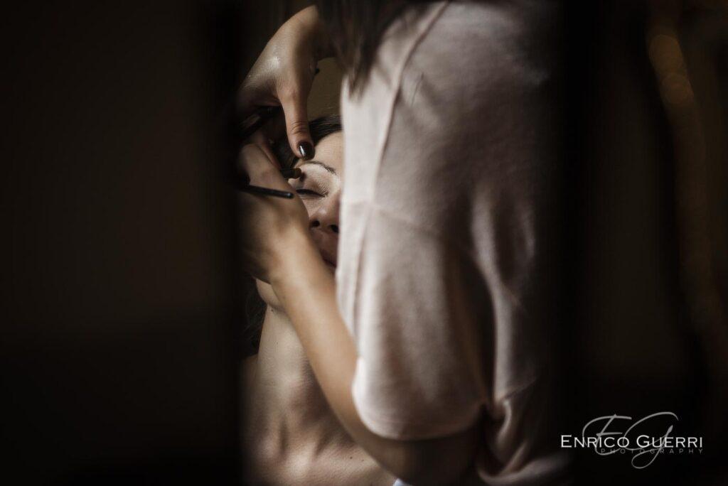 servizio fotografico di matrimonio Firenze chiusura del vestito da sposa