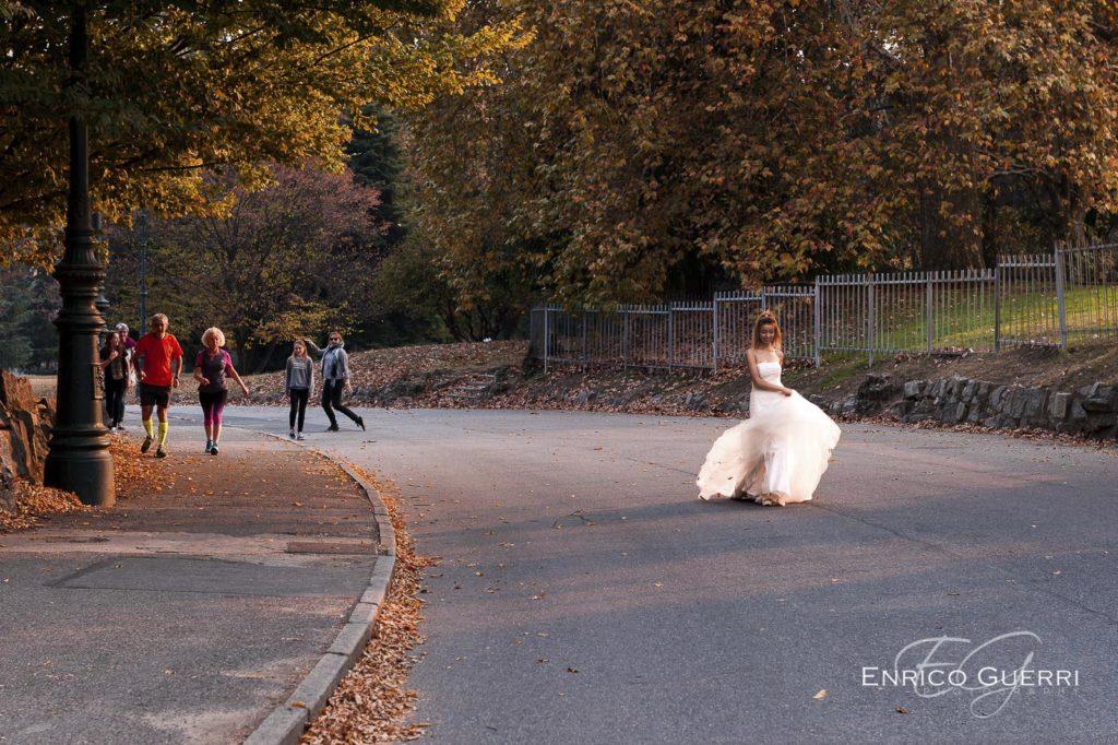 servizio fotografico Arezzo sposa che cammina